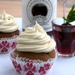 Cupcakes golosi con cioccolato bianco e ciliegie sciroppate