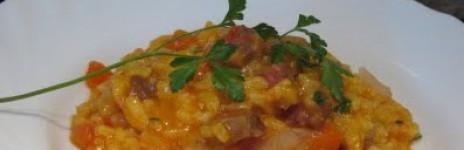 Risotto piccante allo zafferano, peperoni e salsiccia
