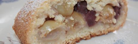 Strudel di frolla morbida con uva, pere e ciliegie sciroppate