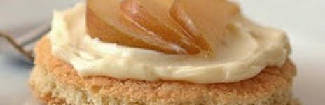 Tartellette di pasta sablée con crema al mascarpone e pere al moscato