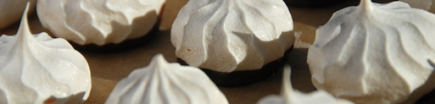 Little Meringues with wild rose jam